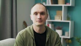 Πορτρέτο του νεαρού άνδρα στο σπίτι απόθεμα βίντεο