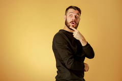 Πορτρέτο του νεαρού άνδρα με τη συγκλονισμένη του προσώπου έκφραση Στοκ εικόνες με δικαίωμα ελεύθερης χρήσης