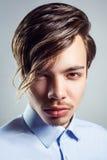 Πορτρέτο του νεαρού άνδρα με το μακρύ περιθώριο hairstyle στα μάτια του στοκ εικόνες