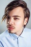 Πορτρέτο του νεαρού άνδρα με το μακρύ περιθώριο hairstyle στα μάτια του στοκ φωτογραφία με δικαίωμα ελεύθερης χρήσης
