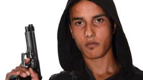 Πορτρέτο του νεαρού άνδρα με το πυροβόλο όπλο απόθεμα βίντεο