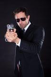 Πορτρέτο του νεαρού άνδρα με το πυροβόλο όπλο στοκ φωτογραφίες με δικαίωμα ελεύθερης χρήσης