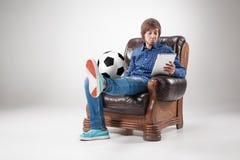 Πορτρέτο του νεαρού άνδρα με το lap-top και τη σφαίρα ποδοσφαίρου Στοκ φωτογραφίες με δικαίωμα ελεύθερης χρήσης