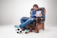 Πορτρέτο του νεαρού άνδρα με το lap-top και τη σφαίρα ποδοσφαίρου Στοκ φωτογραφία με δικαίωμα ελεύθερης χρήσης