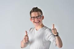 Πορτρέτο του νεαρού άνδρα που παρουσιάζει ΟΠΩΣ τη χειρονομία Στοκ φωτογραφία με δικαίωμα ελεύθερης χρήσης