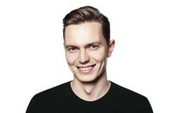 Πορτρέτο του νεαρού άνδρα που χαμογελά στη κάμερα Στοκ Φωτογραφίες