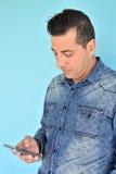 Πορτρέτο του νεαρού άνδρα που χρησιμοποιεί ένα smartphone Στοκ Φωτογραφίες