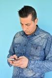 Πορτρέτο του νεαρού άνδρα που χρησιμοποιεί ένα smartphone Στοκ φωτογραφίες με δικαίωμα ελεύθερης χρήσης