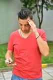 Πορτρέτο του νεαρού άνδρα που χρησιμοποιεί ένα smartphone Στοκ φωτογραφία με δικαίωμα ελεύθερης χρήσης