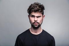 Πορτρέτο του νεαρού άνδρα στη μαύρη μπλούζα Στοκ Εικόνες