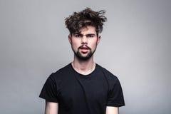 Πορτρέτο του νεαρού άνδρα στη μαύρη μπλούζα Στοκ φωτογραφίες με δικαίωμα ελεύθερης χρήσης
