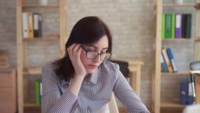 """Πορτρέτο Ï""""Î¿Ï… νυσταλέου νέου εργαζομένου γραφείων γυναικών εσωτερικού φιλμ μικρού μήκους"""
