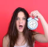 Πορτρέτο του νυσταλέου νέου θηλυκού στο ρολόι εκμετάλλευσης χάους ενάντια στο ρ Στοκ εικόνα με δικαίωμα ελεύθερης χρήσης
