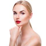 Πορτρέτο του ξανθού κοριτσιού ομορφιάς με το φωτεινό makeup στοκ εικόνες