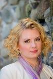 Πορτρέτο του ξανθού, σγουρού κοριτσιού τρίχας Στοκ εικόνα με δικαίωμα ελεύθερης χρήσης