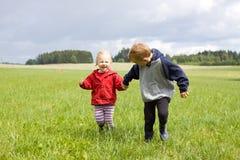 Πορτρέτο του ξανθών αγοριού και του κοριτσιού Στοκ εικόνα με δικαίωμα ελεύθερης χρήσης