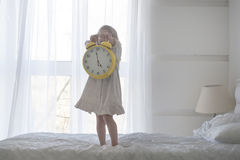 Πορτρέτο του ξυπνητηριού εκμετάλλευσης μικρών κοριτσιών, που απομονώνεται πέρα από το λευκό Στοκ Εικόνες