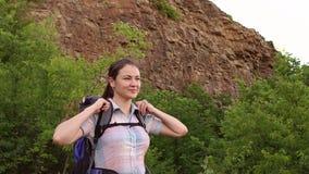 Πορτρέτο του οδοιπόρου κοριτσιών με το σακίδιο πλάτης στο βουνό απόθεμα βίντεο