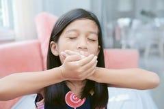 Πορτρέτο του οκνηρού χασμουρητού κοριτσιών asin στοκ φωτογραφίες