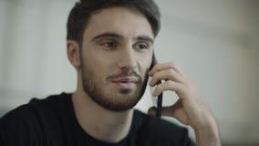 Πορτρέτο του ομιλούντος τηλεφώνου νεαρών άνδρων Κινηματογράφηση σε πρώτο πλάνο του ευτυχούς κινητού τηλεφώνου κλήσης προσώπου τύπ απόθεμα βίντεο