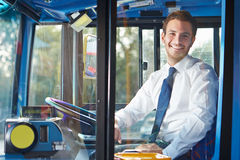 Πορτρέτο του οδηγού λεωφορείου πίσω από τη ρόδα