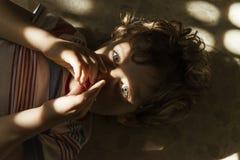 Πορτρέτο του παιδιού με τα φω'τα και τις σκιές Στοκ Φωτογραφίες