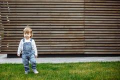 Πορτρέτο του παιδιού μικρών παιδιών υπαίθρια Στοκ εικόνα με δικαίωμα ελεύθερης χρήσης