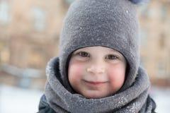 Πορτρέτο του παιδιού στη χειμερινή υπαίθρια κινηματογράφηση σε πρώτο πλάνο Στοκ φωτογραφία με δικαίωμα ελεύθερης χρήσης
