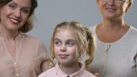 Πορτρέτο του παιδιού, mom και της γιαγιάς, έννοια κληρονομικότητας, ανατροφή της προσωπικότητας απόθεμα βίντεο