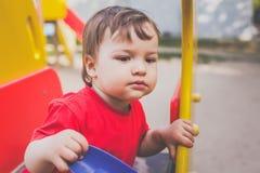 Πορτρέτο του παιχνιδιού μικρών παιδιών στην παιδική χαρά στοκ εικόνα