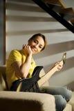 Πορτρέτο του παιχνιδιού γυναικών με την ηλεκτρική κιθάρα στο σπίτι στοκ εικόνα με δικαίωμα ελεύθερης χρήσης