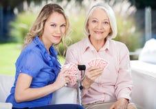 Πορτρέτο του παιχνιδιού εγγονών και γιαγιάδων Στοκ Φωτογραφία