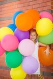 Πορτρέτο του παιχνιδιού μικρών κοριτσιών με τα μπαλόνια αέρα Στοκ εικόνα με δικαίωμα ελεύθερης χρήσης