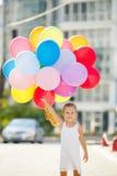 Πορτρέτο του παιχνιδιού μικρών κοριτσιών με τα μπαλόνια αέρα Στοκ φωτογραφία με δικαίωμα ελεύθερης χρήσης