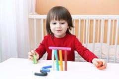 Πορτρέτο του παιχνιδιού μικρών παιδιών χαμόγελου με το playdough Στοκ Εικόνα