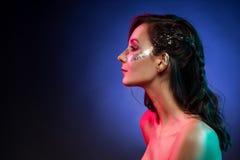 Πορτρέτο του πανέμορφου κοριτσιού glam, καλλιτεχνική ακτινοβολώντας σύνθεση στο α Στοκ Εικόνες