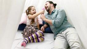 Πορτρέτο του πατέρα και της κόρης που παίζουν στο σπίτι απόθεμα βίντεο