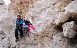 Πορτρέτο του πατέρα με δύο παιδιά στοκ εικόνα με δικαίωμα ελεύθερης χρήσης
