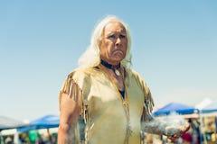 Πορτρέτο του πνευματικού ηγέτη Pow wow Chumash ημέρα Powwow και διαφυλετική συλ στοκ εικόνες