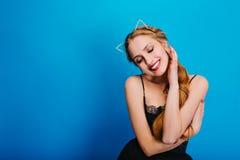 Πορτρέτο του πολύ όμορφου κοριτσιού που εξετάζει sensually κάτω, που χαμογελά το κόμμα, μεταμφίεση, καρναβάλι Έχει το μαλακό δέρμ στοκ φωτογραφία με δικαίωμα ελεύθερης χρήσης