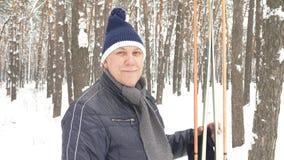 Πορτρέτο του πρεσβυτέρου το χειμώνα στο χιόνι με τα σκι φιλμ μικρού μήκους