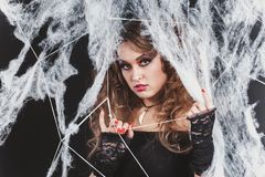 Πορτρέτο του προκλητικού κοριτσιού μαγισσών ομορφιάς που πιάνεται σε έναν Ιστό αραχνών Σχέδιο τέχνης μόδας Όμορφο γοτθικό πρότυπο Στοκ φωτογραφία με δικαίωμα ελεύθερης χρήσης