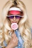 Πορτρέτο του προκλητικού ξανθού θηλυκού προτύπου που ντύνεται στα τζιν Στοκ Εικόνα