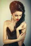 Πορτρέτο του προκλητικού brunette με την όμορφη τρίχα και ένα βαθύ neckline Στοκ Φωτογραφίες