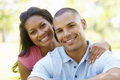 Πορτρέτο του ρομαντικού νέου ζεύγους αφροαμερικάνων στο πάρκο Στοκ Φωτογραφία