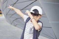 Πορτρέτο του δροσερού ασιατικού παιδιού που θέτει υπαίθρια Στοκ Φωτογραφία