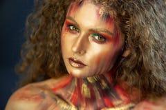 Πορτρέτο του σγουρού κοριτσιού με την τέχνη makeup στοκ φωτογραφία με δικαίωμα ελεύθερης χρήσης