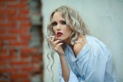 Πορτρέτο του σεξουαλικού κοριτσιού με το τσιγάρο Στοκ Φωτογραφία