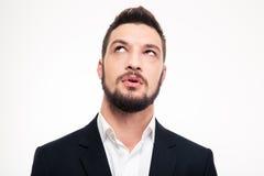 Πορτρέτο του σκεπτικού ελκυστικού νεαρού άνδρα που σκέφτεται και που ανατρέχει στοκ φωτογραφία με δικαίωμα ελεύθερης χρήσης