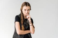 Πορτρέτο του σκεπτικού ξανθού rocker κοριτσιού με τις πλεξούδες που εξετάζει τη κάμερα απομονωμένου στοκ φωτογραφία με δικαίωμα ελεύθερης χρήσης